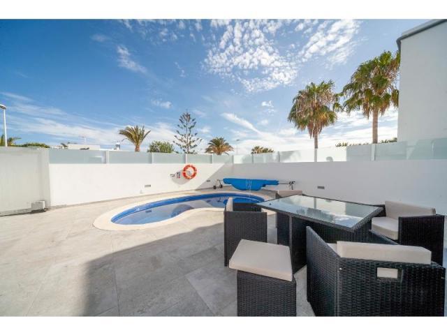 Pool and Outdoor seating(2) - Casa de Gales, Puerto del Carmen, Lanzarote