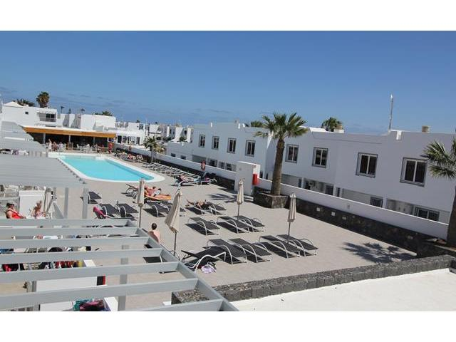 Pool area and pool bar - Casa Helena, Puerto del Carmen, Lanzarote
