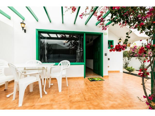 The beautiful Green apt, recently renovated, accommodate 2 guests, located in a beautiful and quiet complex with a big pool in Puerto del Carmen, San Antonio hotel Area.