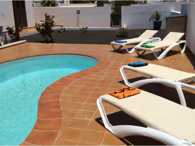 Pool and garden - Calle Burgao, Puerto del Carmen, Lanzarote